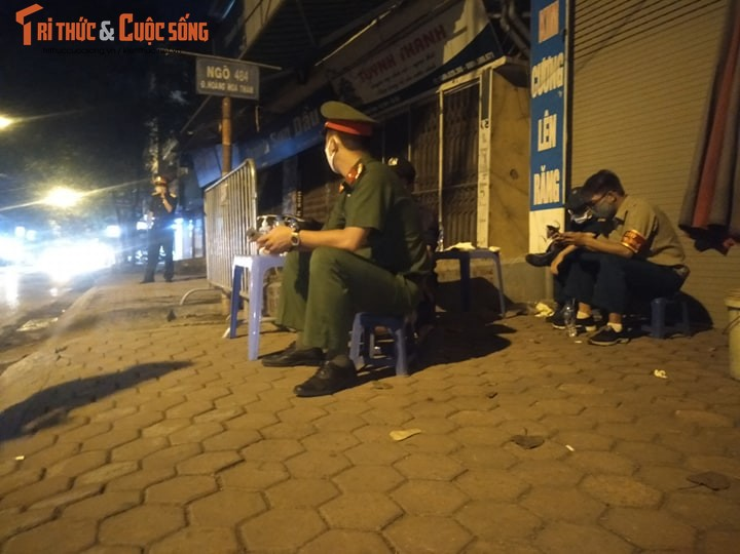 Ha Noi: Phong toa 2 ngo duong Hoang Hoa Tham co nguoi nghi nhiem COVID -19-Hinh-10