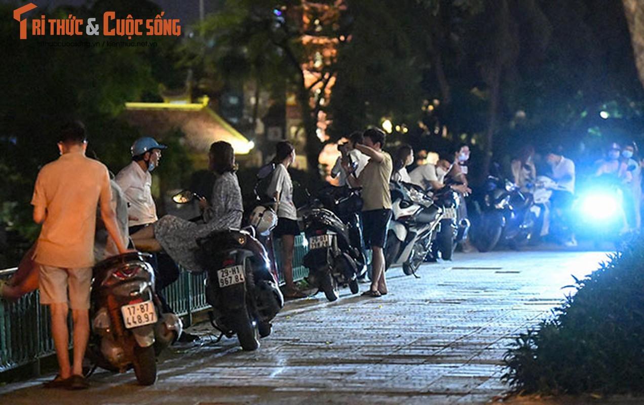 Bat chap COVID-19, nguoi dan van un un do ra Ho Tay hong mat-Hinh-6