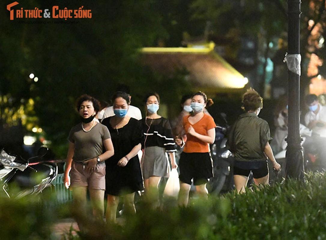 Bat chap COVID-19, nguoi dan van un un do ra Ho Tay hong mat-Hinh-8