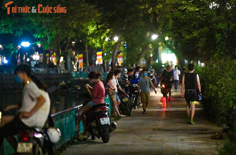 Bat chap COVID-19, nguoi dan van un un do ra Ho Tay hong mat-Hinh-9