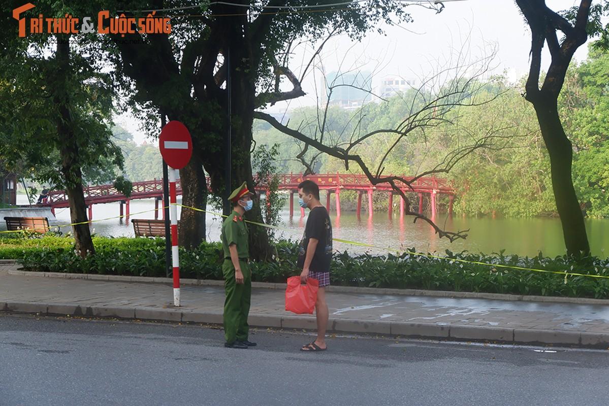 Ngay dau gian cach xa hoi theo Chi thi 16, duong pho Ha Noi the nao?-Hinh-9