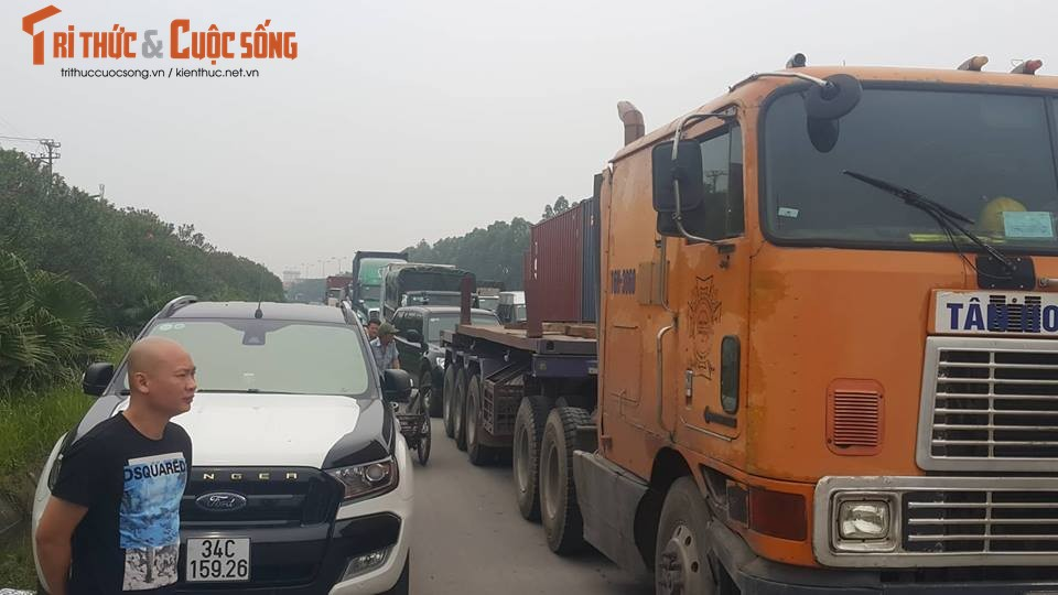 Hien truong container tong o to lat ngua, 5 nguoi thoat chet-Hinh-7