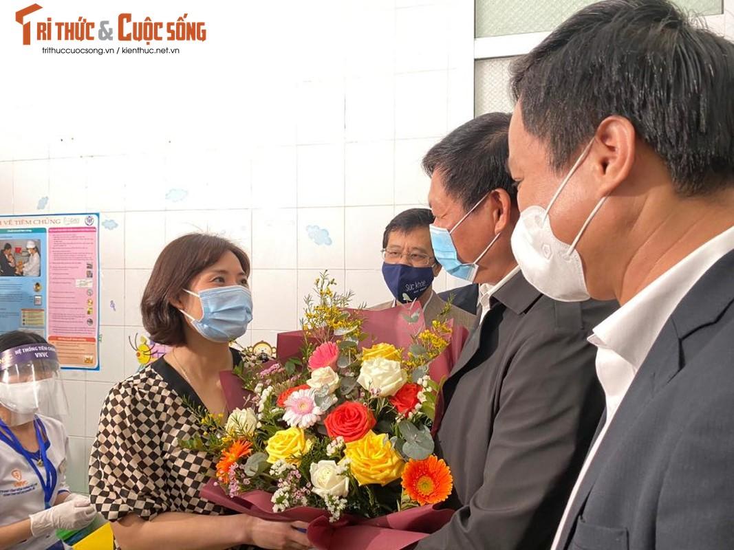 Can canh nu nhan vien y te dau tien o Hai Duong duoc tiem vac-xin COVID-19-Hinh-11