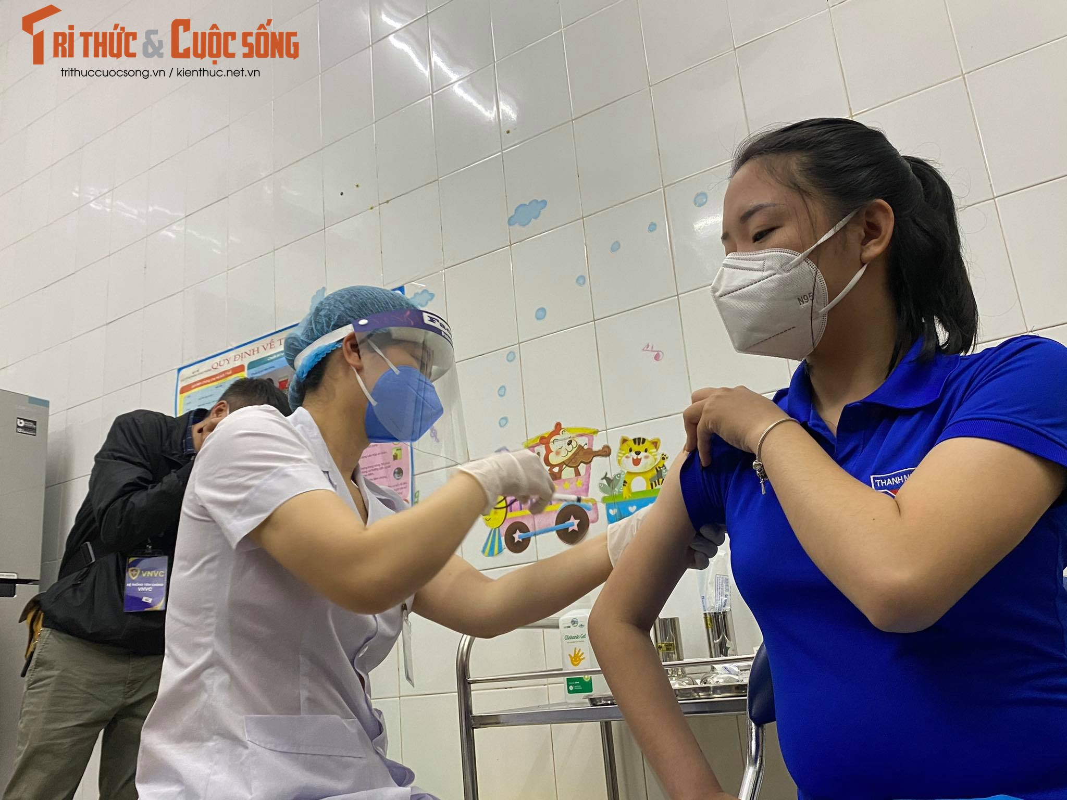 Can canh nu nhan vien y te dau tien o Hai Duong duoc tiem vac-xin COVID-19-Hinh-14