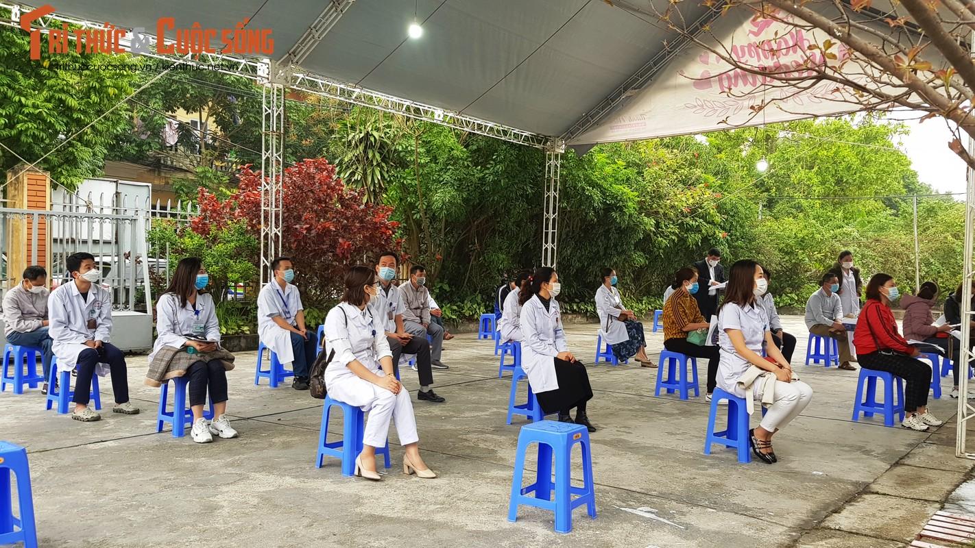 Can canh nu nhan vien y te dau tien o Hai Duong duoc tiem vac-xin COVID-19-Hinh-22