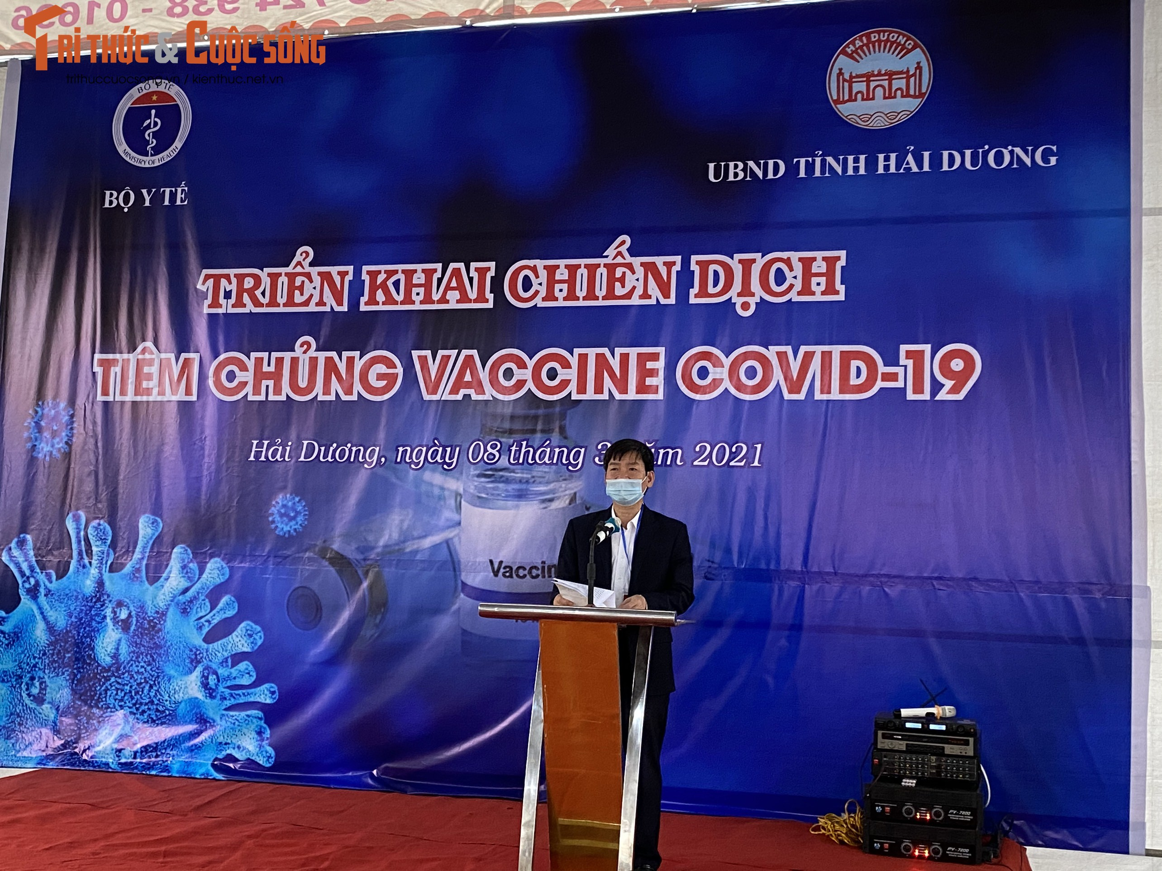Can canh nu nhan vien y te dau tien o Hai Duong duoc tiem vac-xin COVID-19-Hinh-3