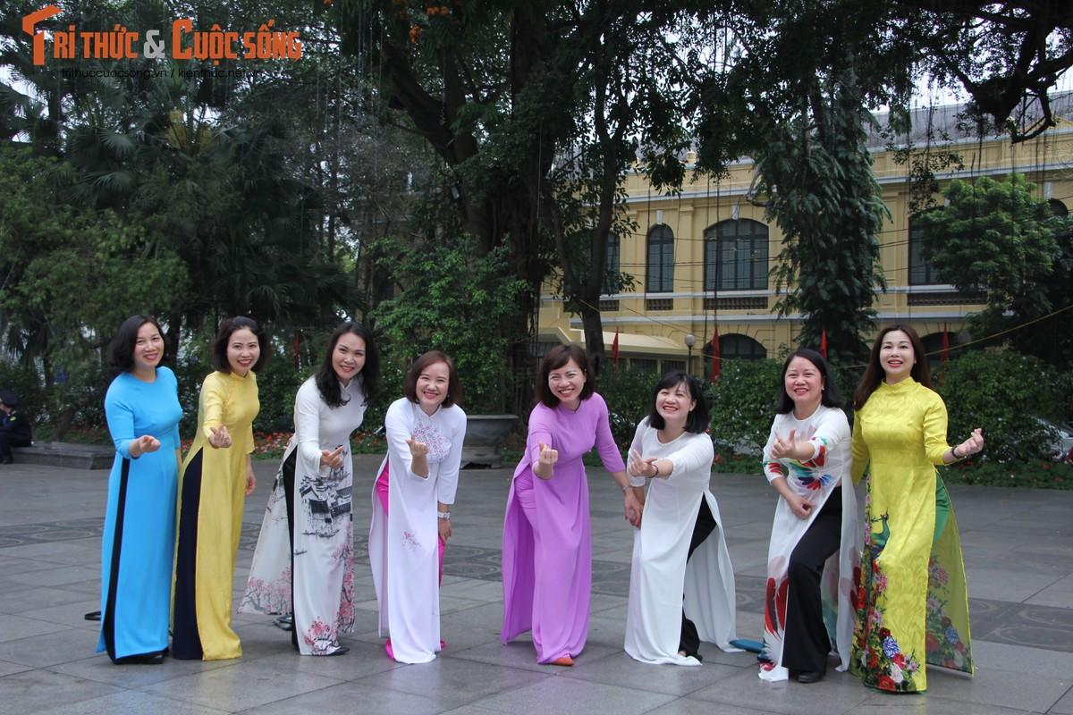 Quoc te Phu nu 8/3: Net dep nu can bo, nhan vien VUSTA trong ta ao dai-Hinh-18
