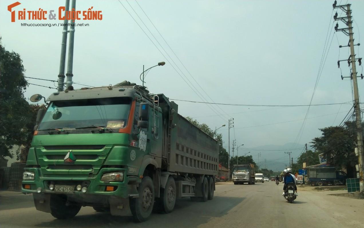 """""""Binh doan"""" xe cho qua tai tung hoanh tuyen duong phia Tay Ha Noi-Hinh-4"""
