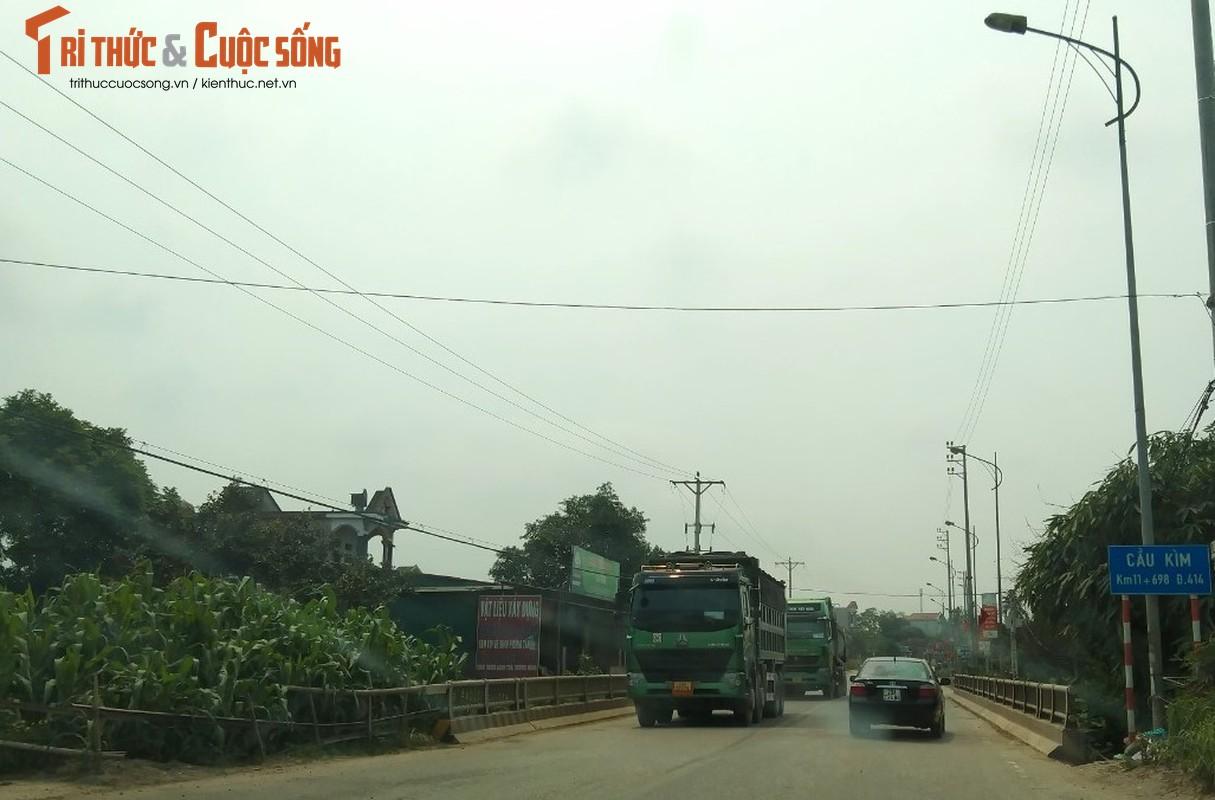 """""""Binh doan"""" xe cho qua tai tung hoanh tuyen duong phia Tay Ha Noi-Hinh-7"""