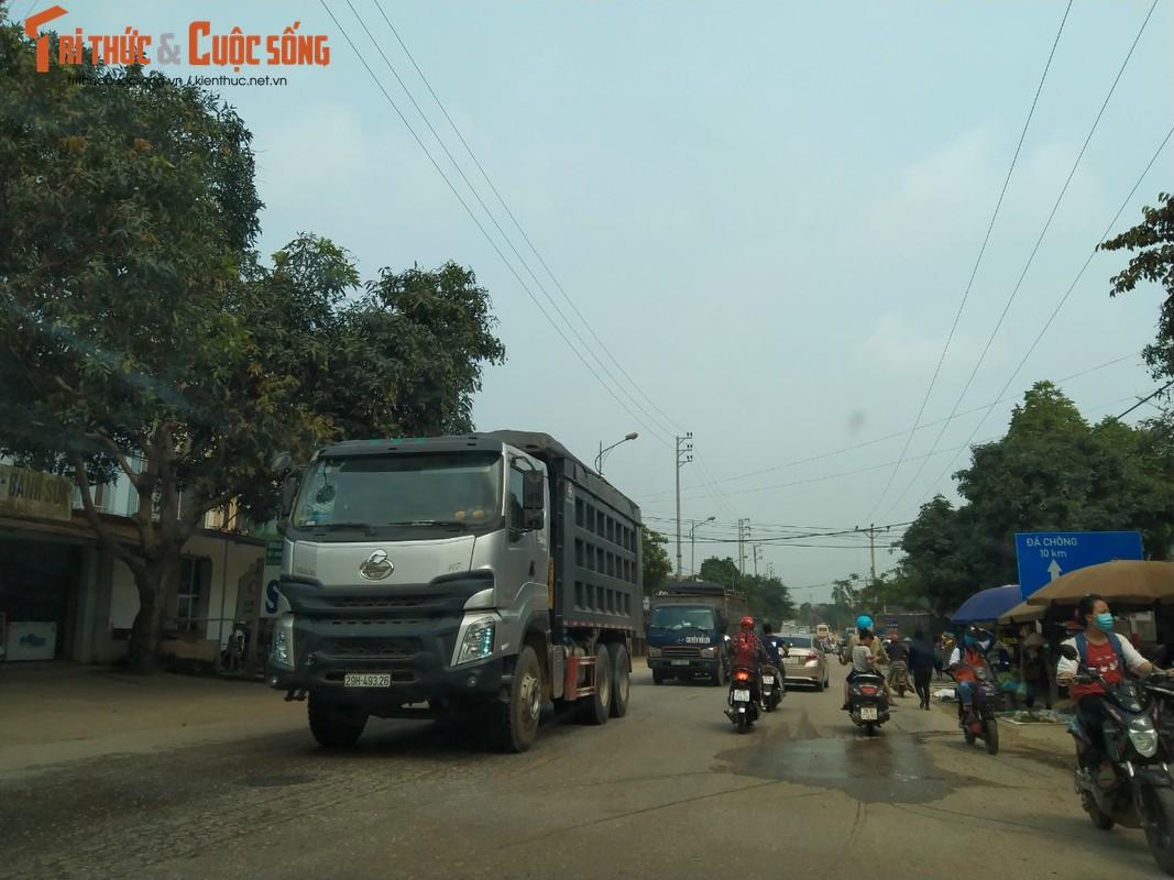 """""""Binh doan"""" xe cho qua tai tung hoanh tuyen duong phia Tay Ha Noi-Hinh-8"""