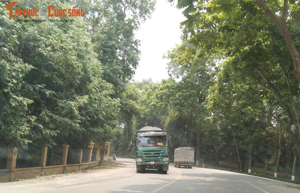 """""""Binh doan"""" xe cho qua tai tung hoanh tuyen duong phia Tay Ha Noi"""