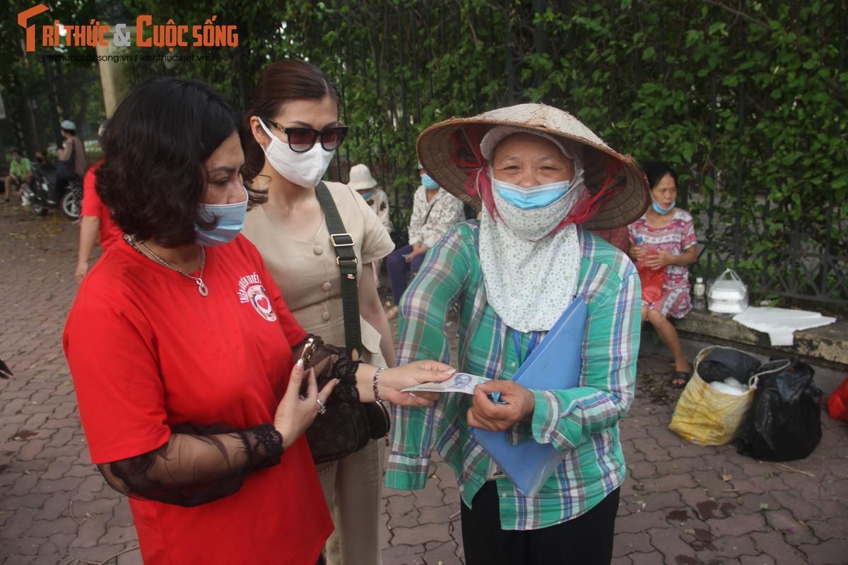 Dich COVID-19: Benh nhan xom chay than am long nhan suat com mien phi-Hinh-11