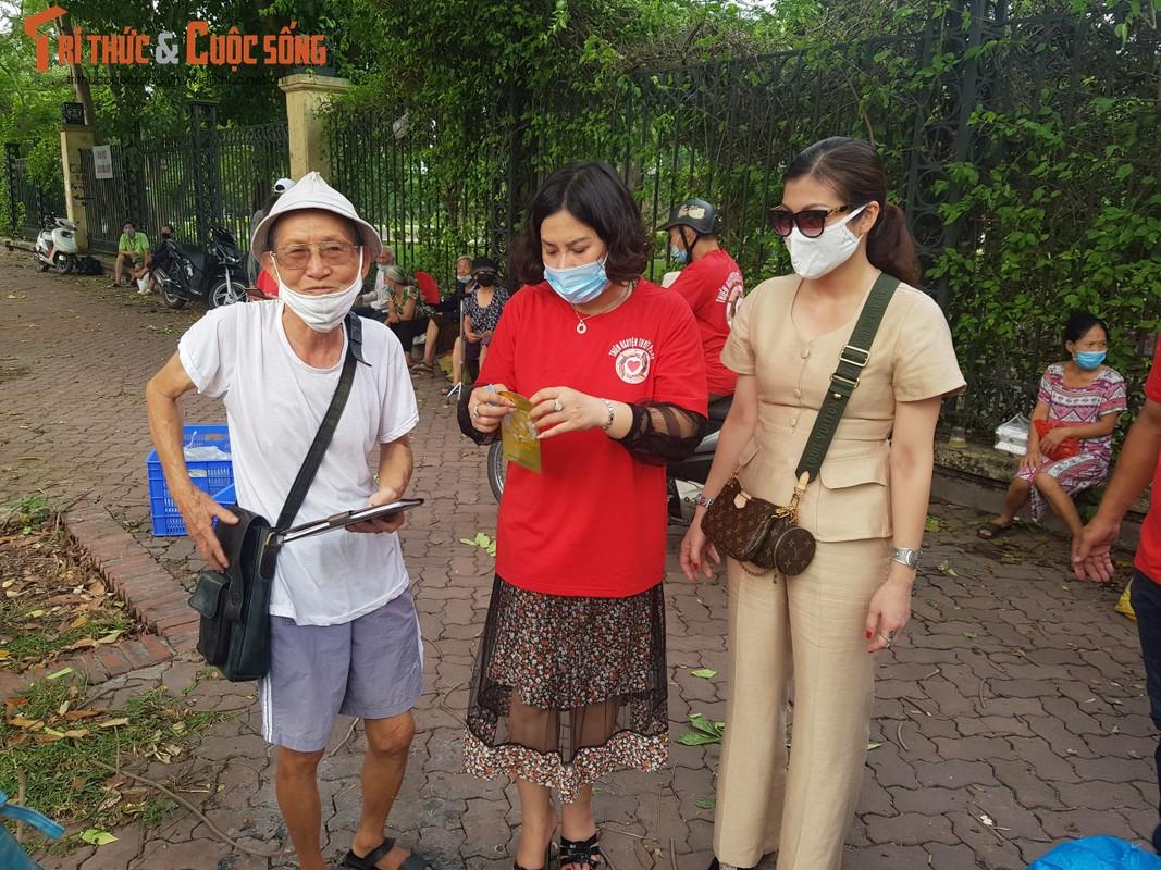 Dich COVID-19: Benh nhan xom chay than am long nhan suat com mien phi-Hinh-12