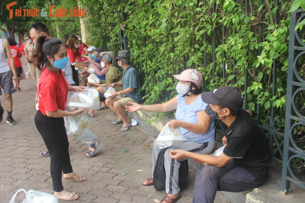 Dich COVID-19: Benh nhan xom chay than am long nhan suat com mien phi-Hinh-7