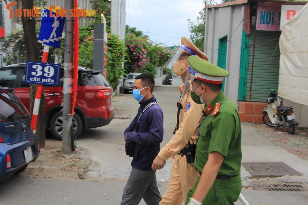Bac Tu Liem: Chot COVID-19 phat hien nguoi dung giay QRcode khong hop le-Hinh-4