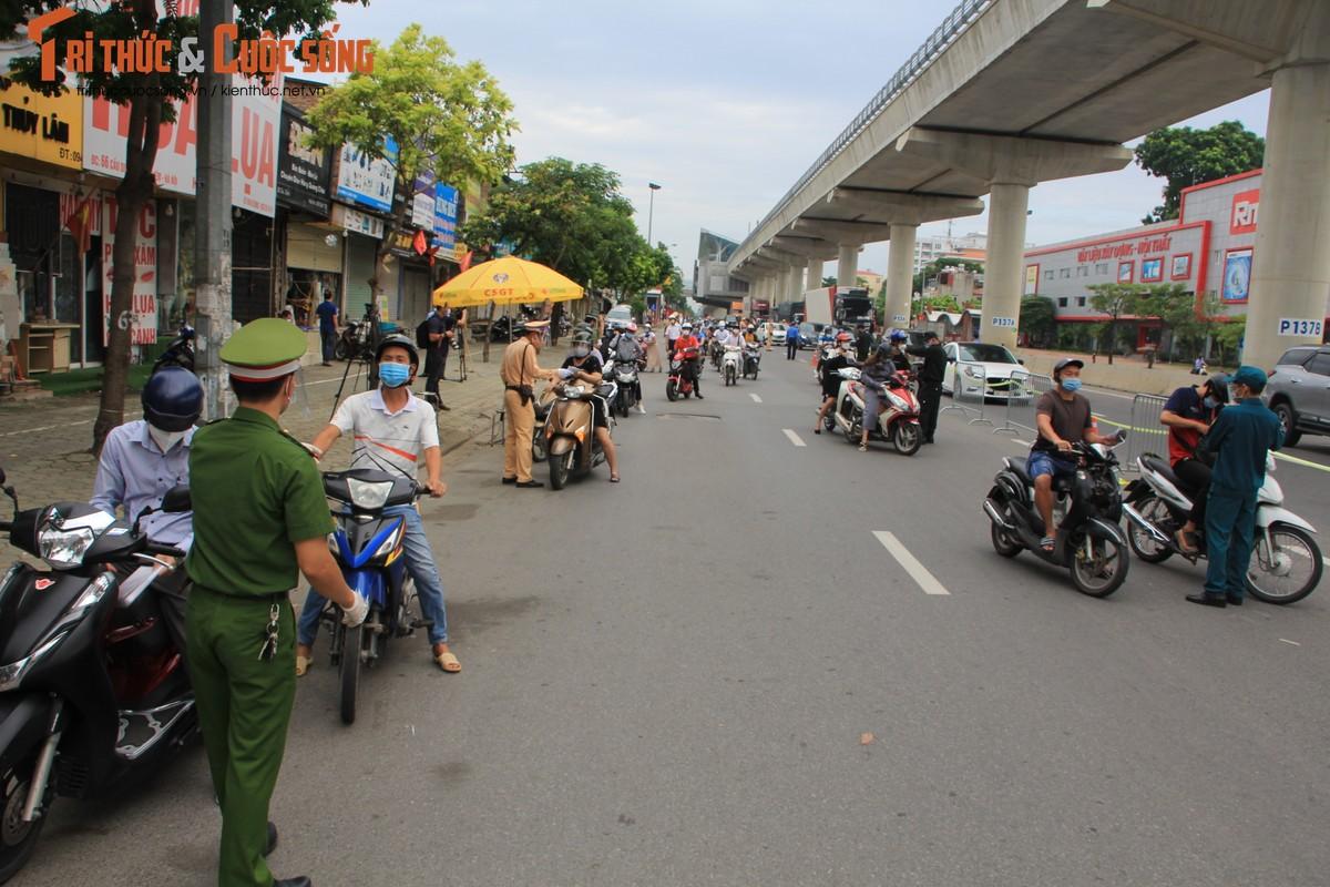Bac Tu Liem: Chot COVID-19 phat hien nguoi dung giay QRcode khong hop le-Hinh-5