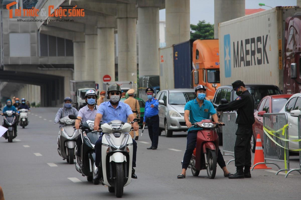 Bac Tu Liem: Chot COVID-19 phat hien nguoi dung giay QRcode khong hop le-Hinh-6