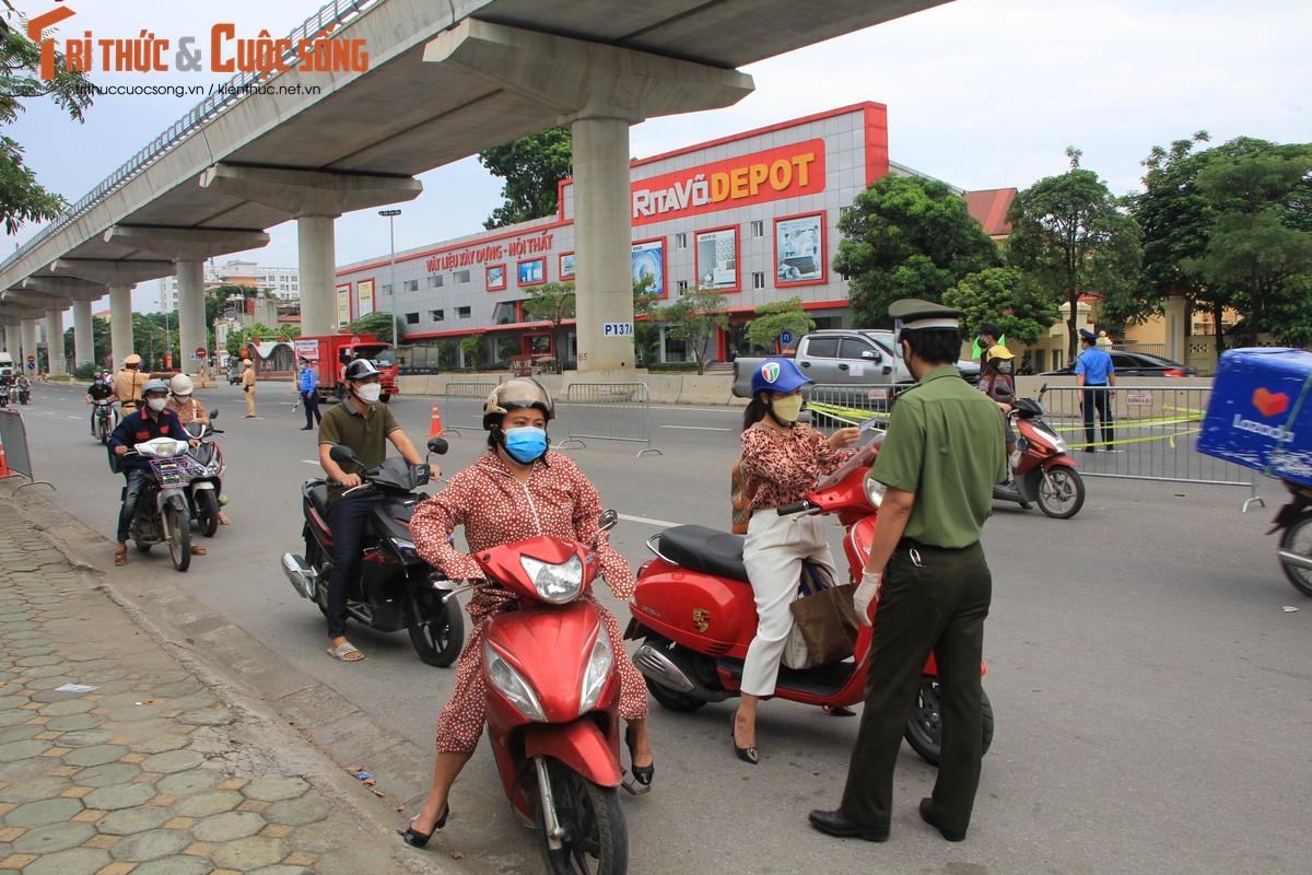 Bac Tu Liem: Chot COVID-19 phat hien nguoi dung giay QRcode khong hop le-Hinh-8