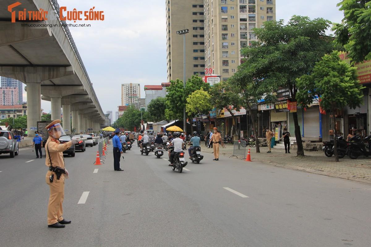 Bac Tu Liem: Chot COVID-19 phat hien nguoi dung giay QRcode khong hop le