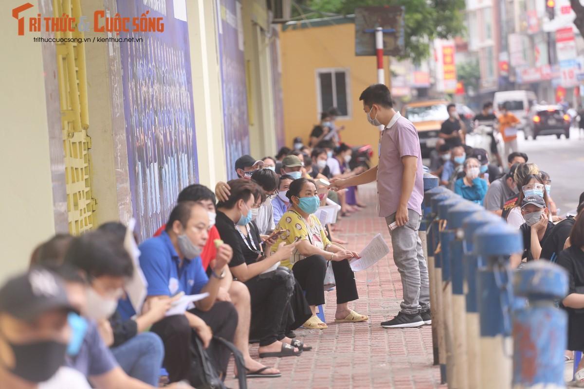 """Can canh nguoi dan Ha Noi """"rong ran"""" cho tiem vac xin-Hinh-10"""