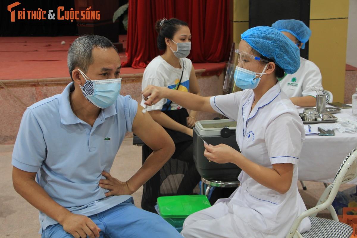 """Can canh nguoi dan Ha Noi """"rong ran"""" cho tiem vac xin-Hinh-5"""