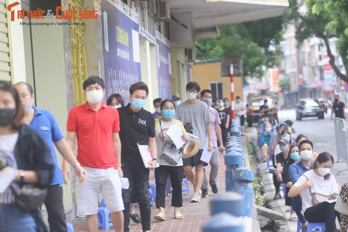 """Can canh nguoi dan Ha Noi """"rong ran"""" cho tiem vac xin-Hinh-9"""