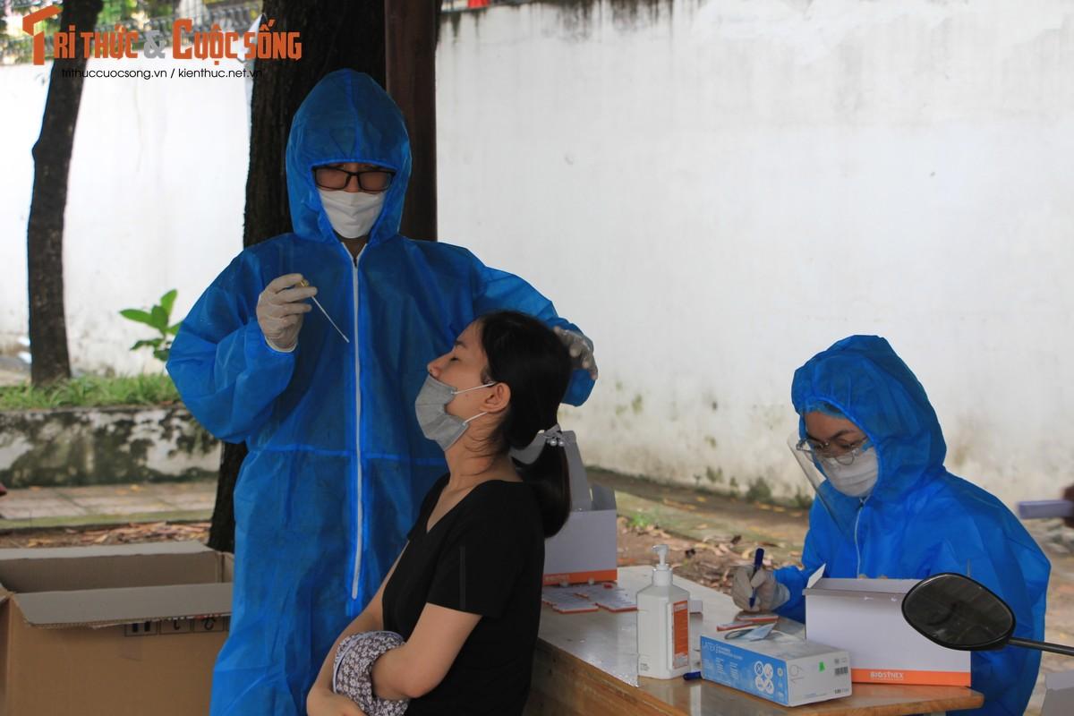 """Can canh nguoi dan Ha Noi """"rong ran"""" cho tiem vac xin"""