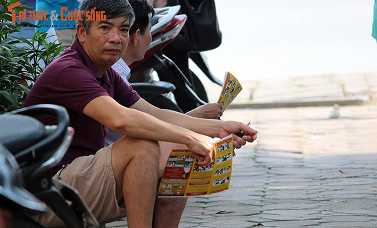 "Nang nong nghet tho, ""doi quan"" to roi bua vay phu huynh va thi sinh-Hinh-8"