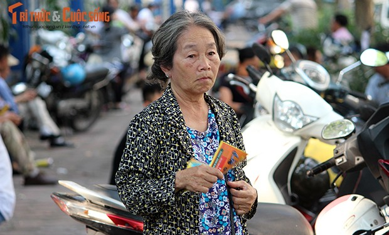 "Nang nong nghet tho, ""doi quan"" to roi bua vay phu huynh va thi sinh-Hinh-9"