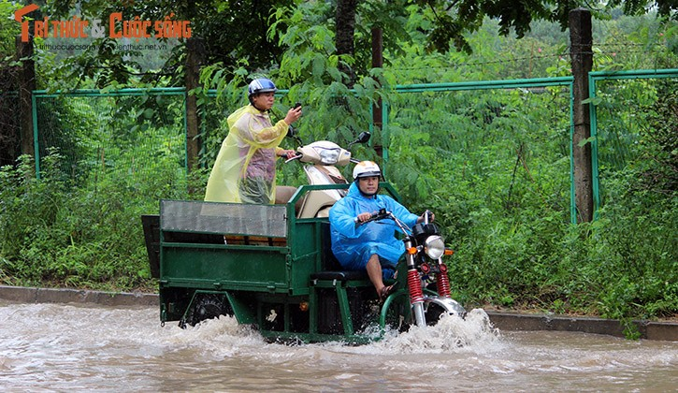 Anh: Mua suot dem, duong Ha Noi ngap sau trong bien nuoc-Hinh-17
