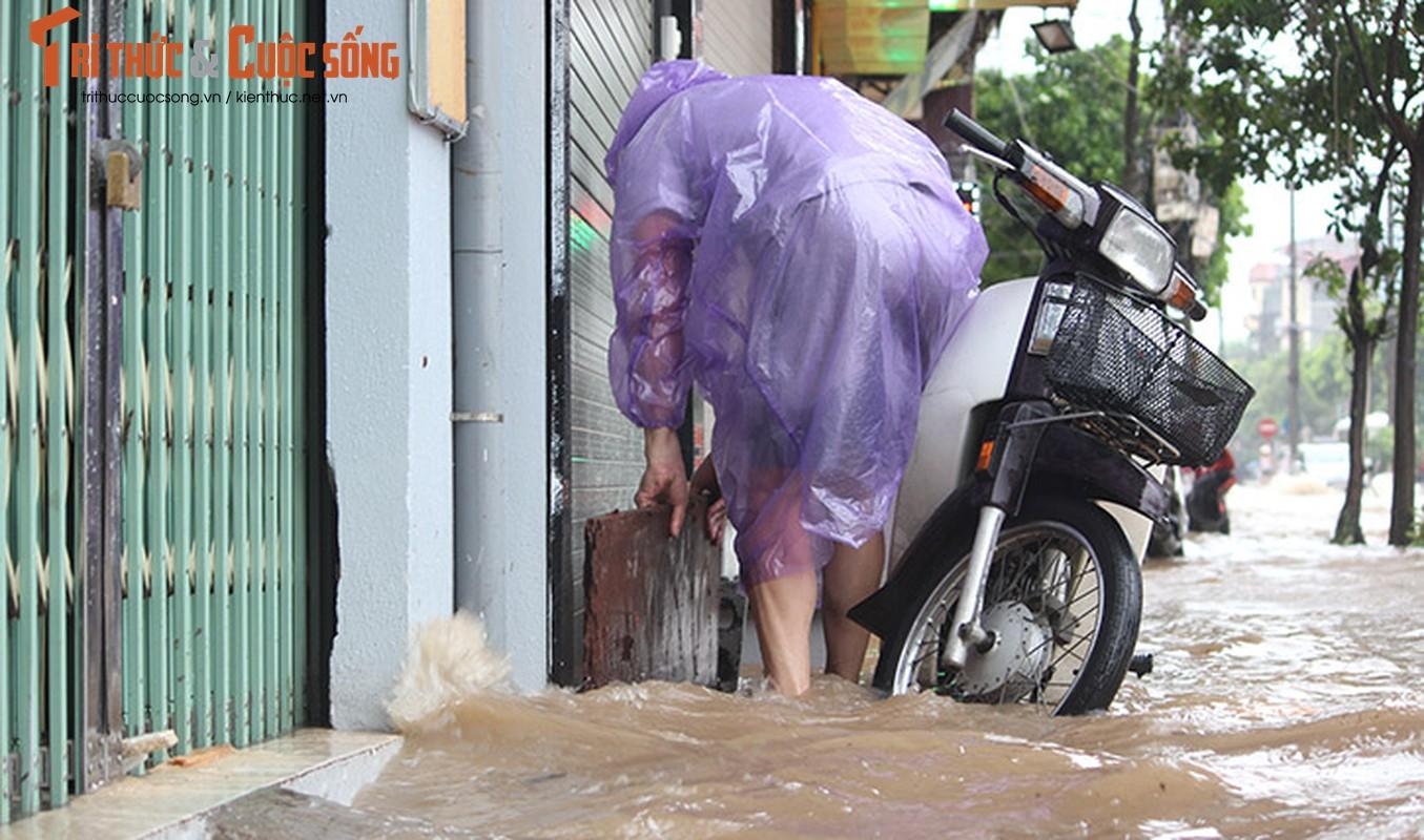Anh: Mua suot dem, duong Ha Noi ngap sau trong bien nuoc-Hinh-4
