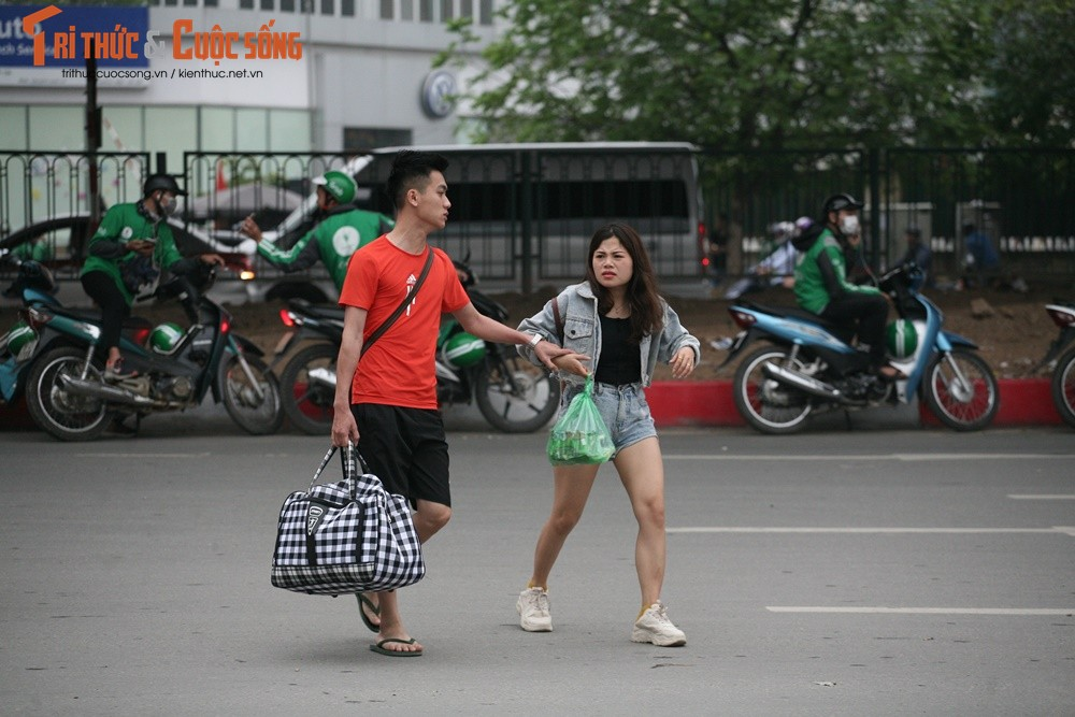 """Cai bang"" leo deo theo hanh khach xin tien o ben xe sau dip nghi Gio To-Hinh-11"