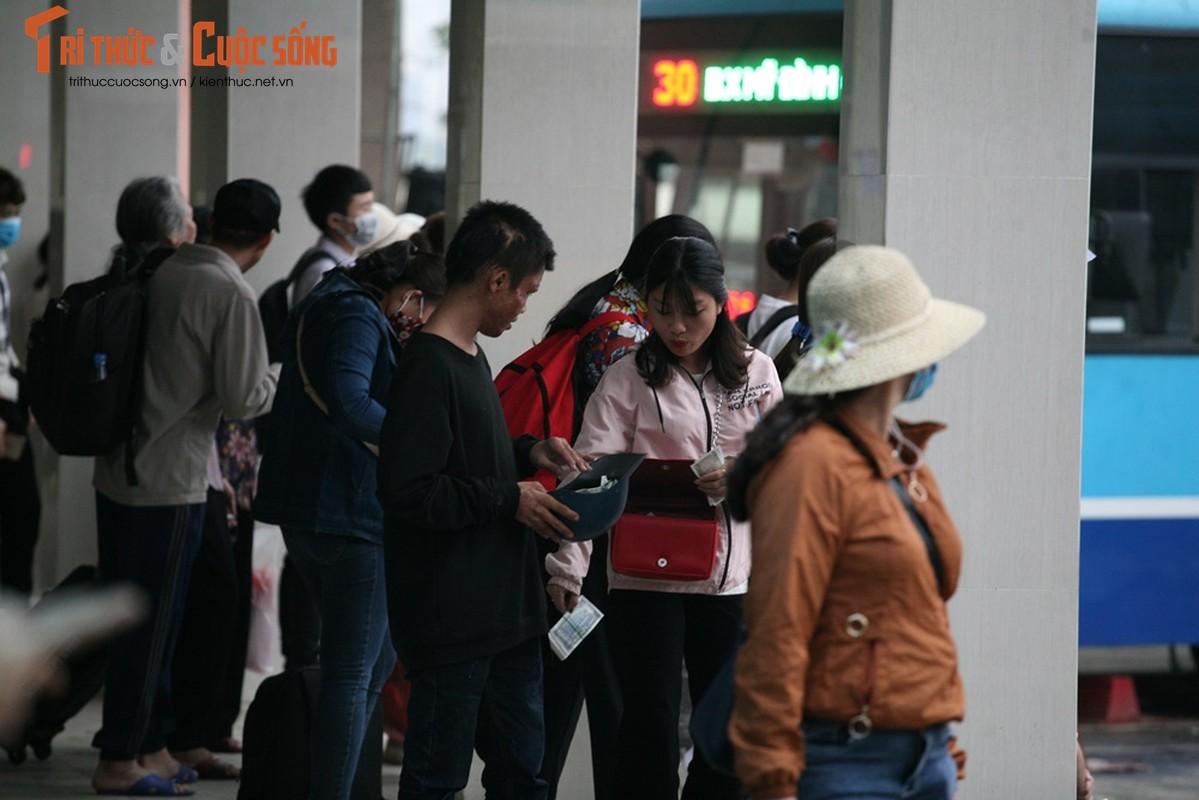 """Cai bang"" leo deo theo hanh khach xin tien o ben xe sau dip nghi Gio To-Hinh-14"