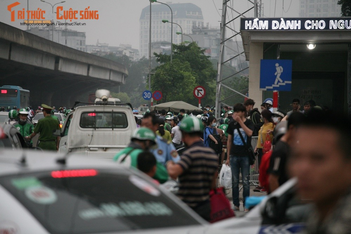 """Cai bang"" leo deo theo hanh khach xin tien o ben xe sau dip nghi Gio To-Hinh-2"