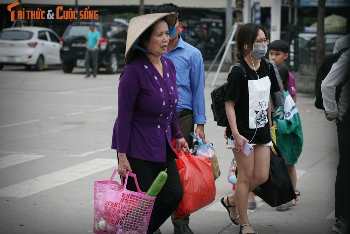 """Cai bang"" leo deo theo hanh khach xin tien o ben xe sau dip nghi Gio To-Hinh-3"