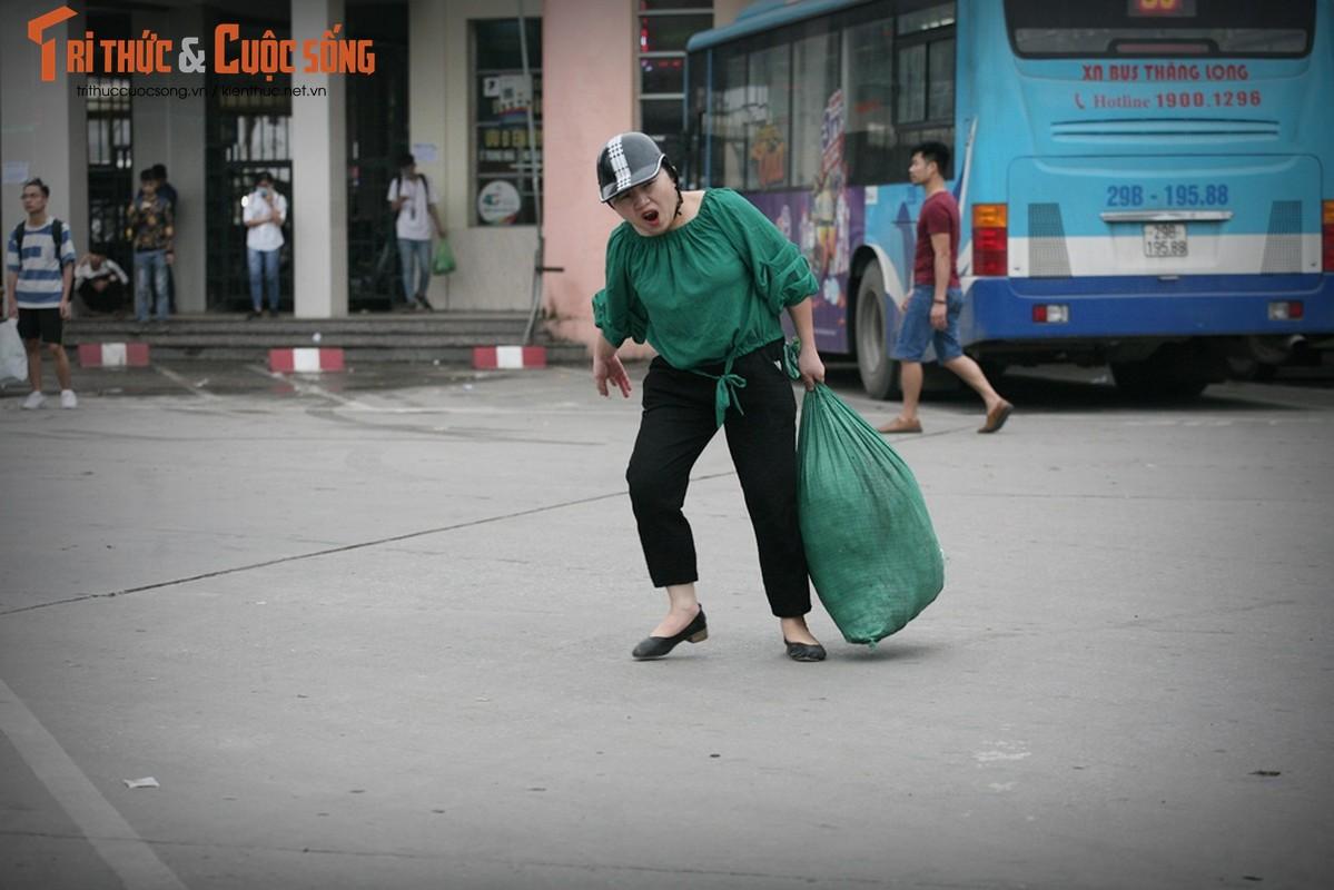 """Cai bang"" leo deo theo hanh khach xin tien o ben xe sau dip nghi Gio To-Hinh-6"