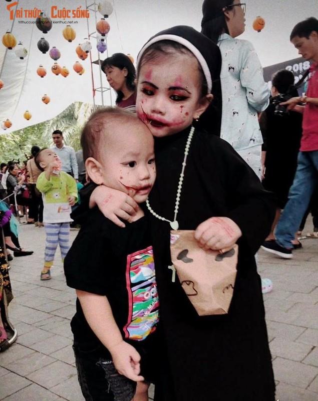 Valak phien ban nhi tu nhin minh trong guong roi bat khoc-Hinh-5