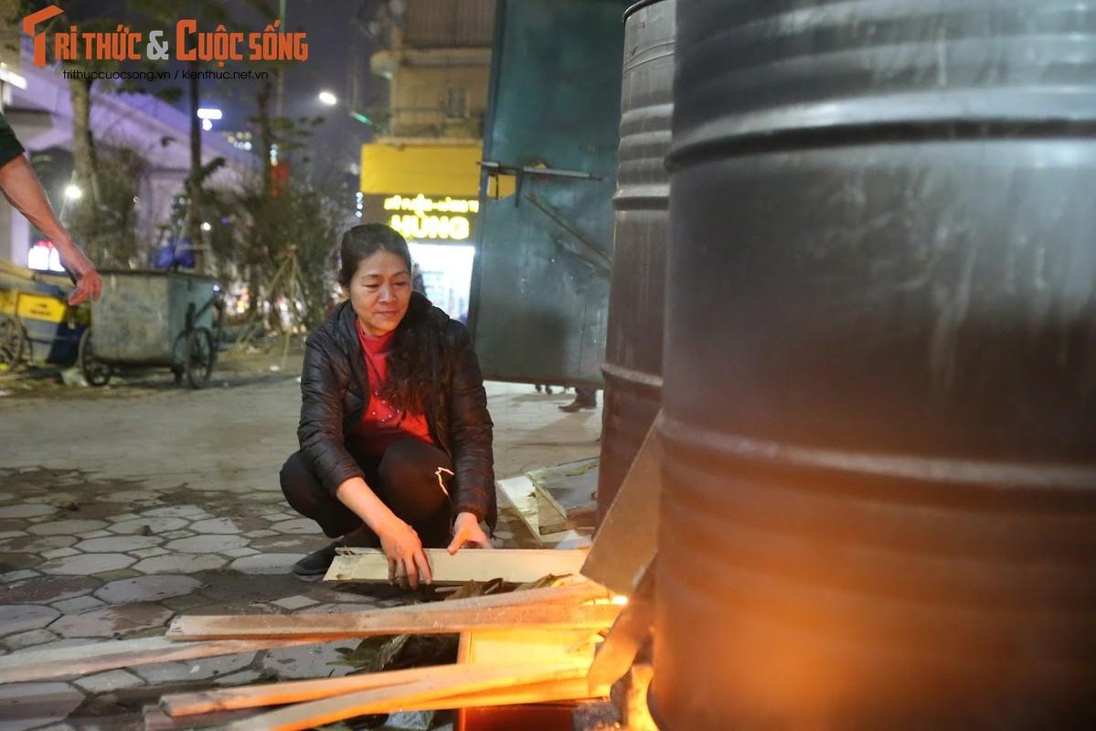 Chung tay goi banh chung Tet, nguoi Ha Noi xich gan nhau hon-Hinh-2
