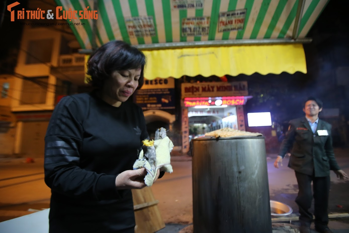Chung tay goi banh chung Tet, nguoi Ha Noi xich gan nhau hon-Hinh-8