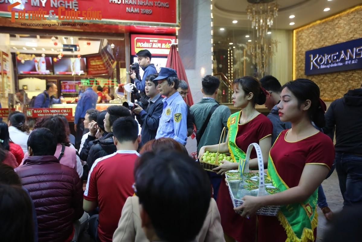 Nguoi Ha Noi xep hang tu to mo sang cho mua vang Via Than Tai-Hinh-10