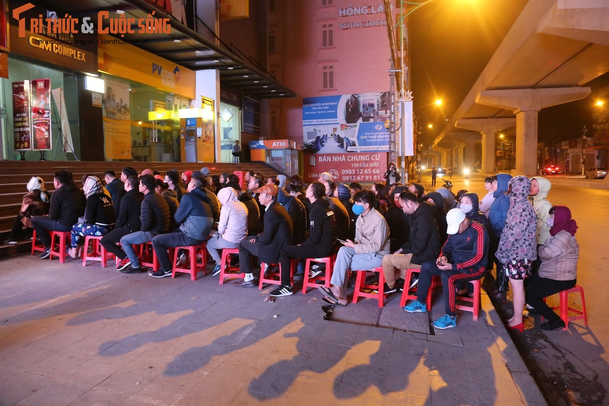 Nguoi Ha Noi xep hang tu to mo sang cho mua vang Via Than Tai-Hinh-2
