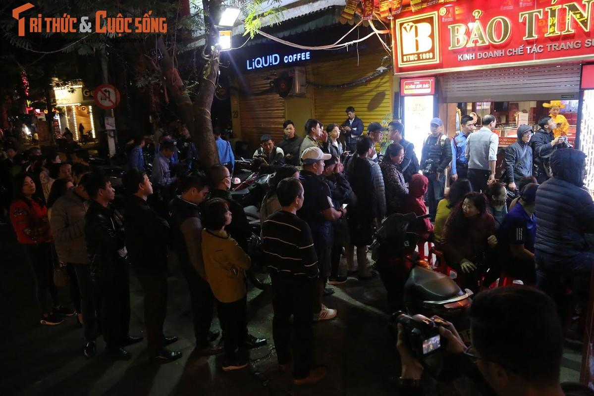 Nguoi Ha Noi xep hang tu to mo sang cho mua vang Via Than Tai-Hinh-3