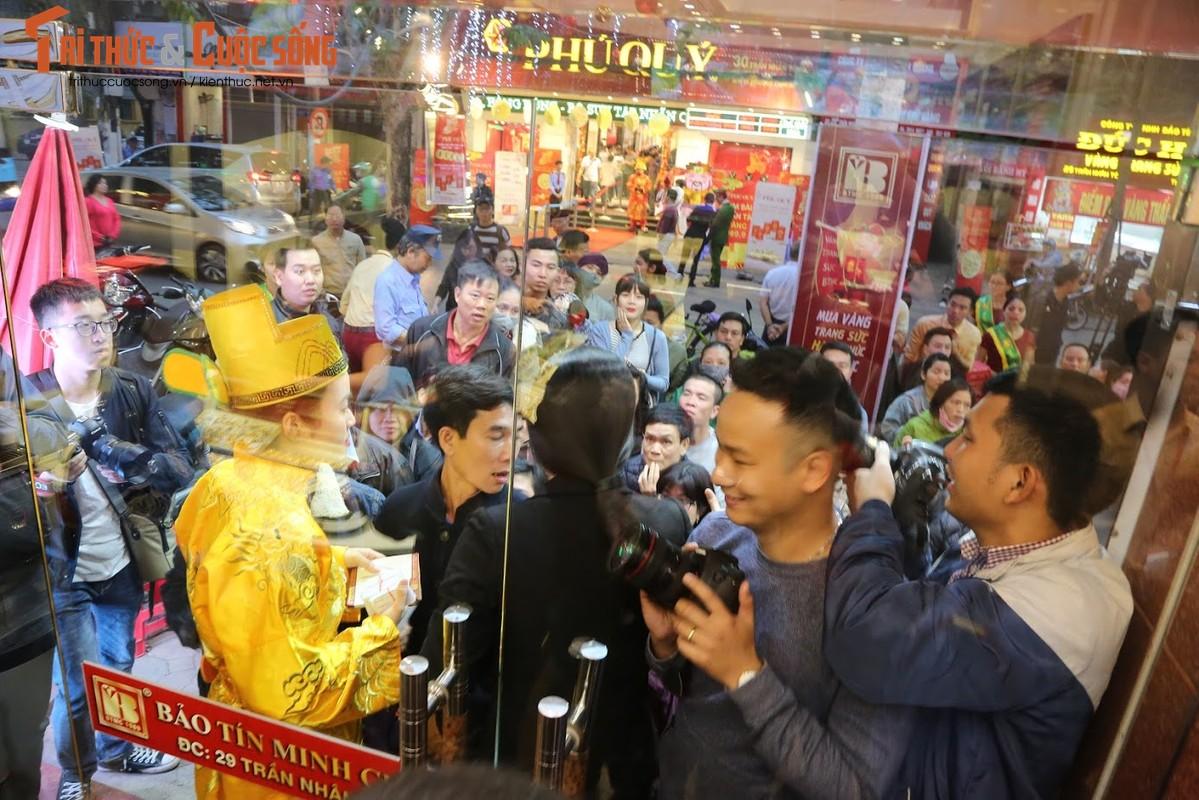 Nguoi Ha Noi xep hang tu to mo sang cho mua vang Via Than Tai-Hinh-5