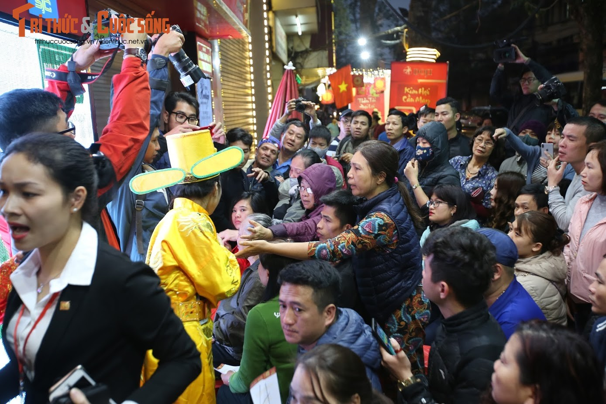 Nguoi Ha Noi xep hang tu to mo sang cho mua vang Via Than Tai-Hinh-8