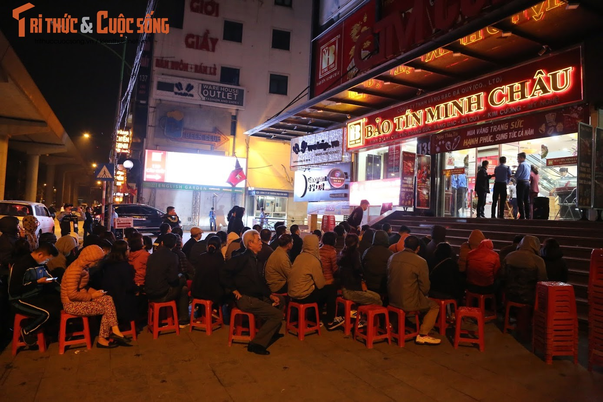 Nguoi Ha Noi xep hang tu to mo sang cho mua vang Via Than Tai