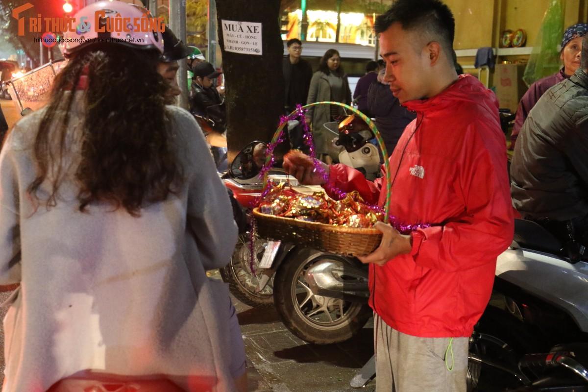 Nguoi dan Ha Noi no nuc di chua cau an sau giao thua-Hinh-12