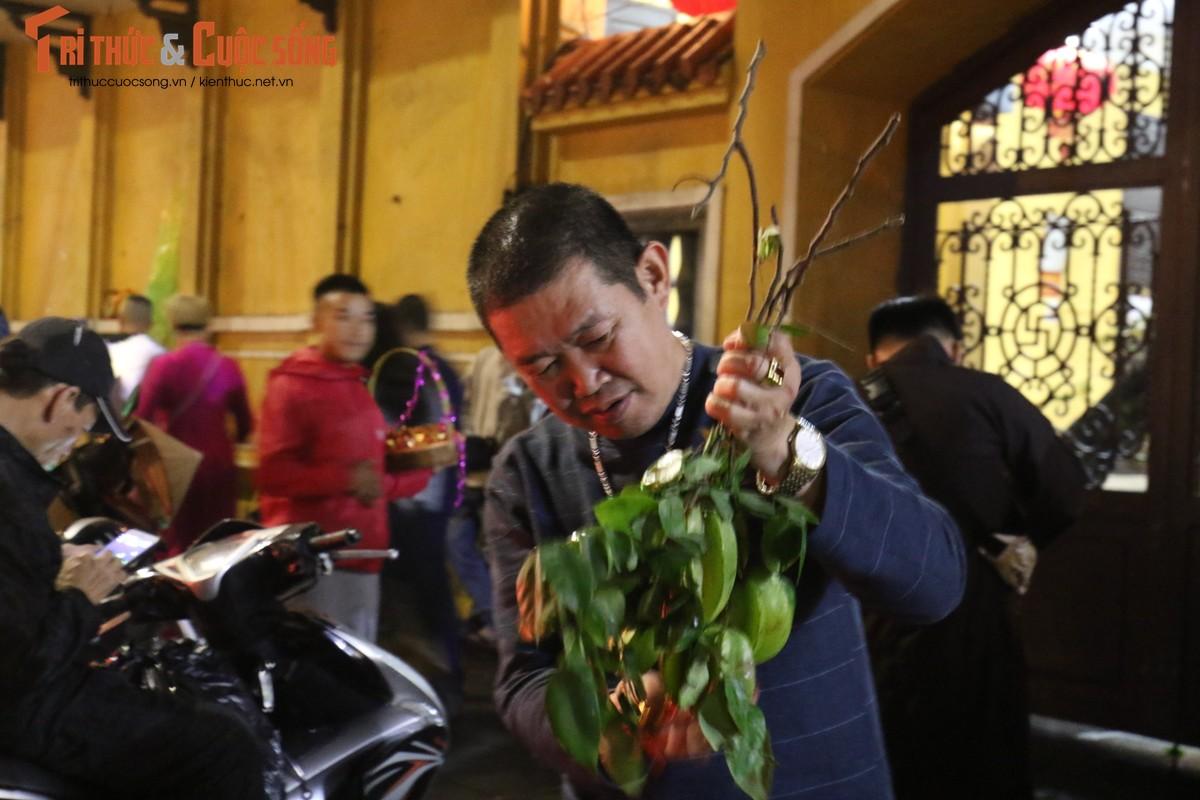 Nguoi dan Ha Noi no nuc di chua cau an sau giao thua-Hinh-13
