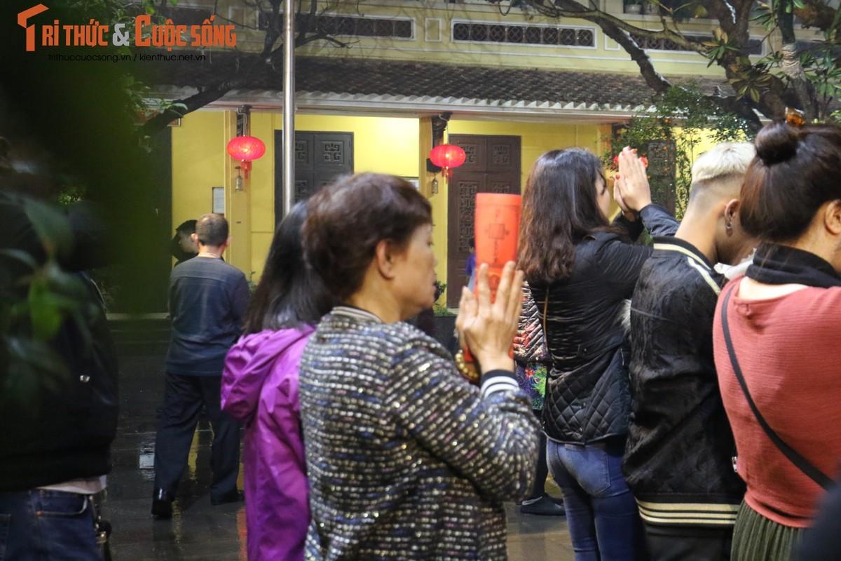 Nguoi dan Ha Noi no nuc di chua cau an sau giao thua-Hinh-8
