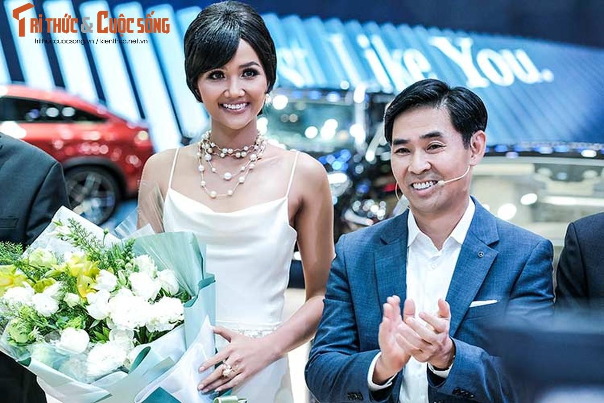 Hoa hau H'Hen Nie do dang cung dan xe sang Mercedes-Benz-Hinh-2