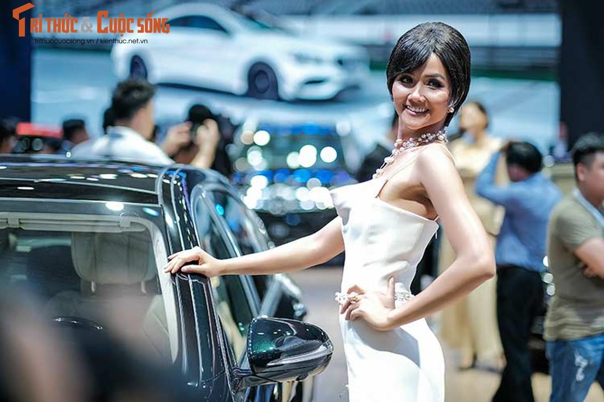 Hoa hau H'Hen Nie do dang cung dan xe sang Mercedes-Benz-Hinh-3